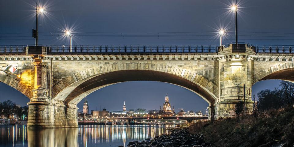 Albertbrücke mit Blick auf die Silhouette von Dresden  Foto: ddpix.de